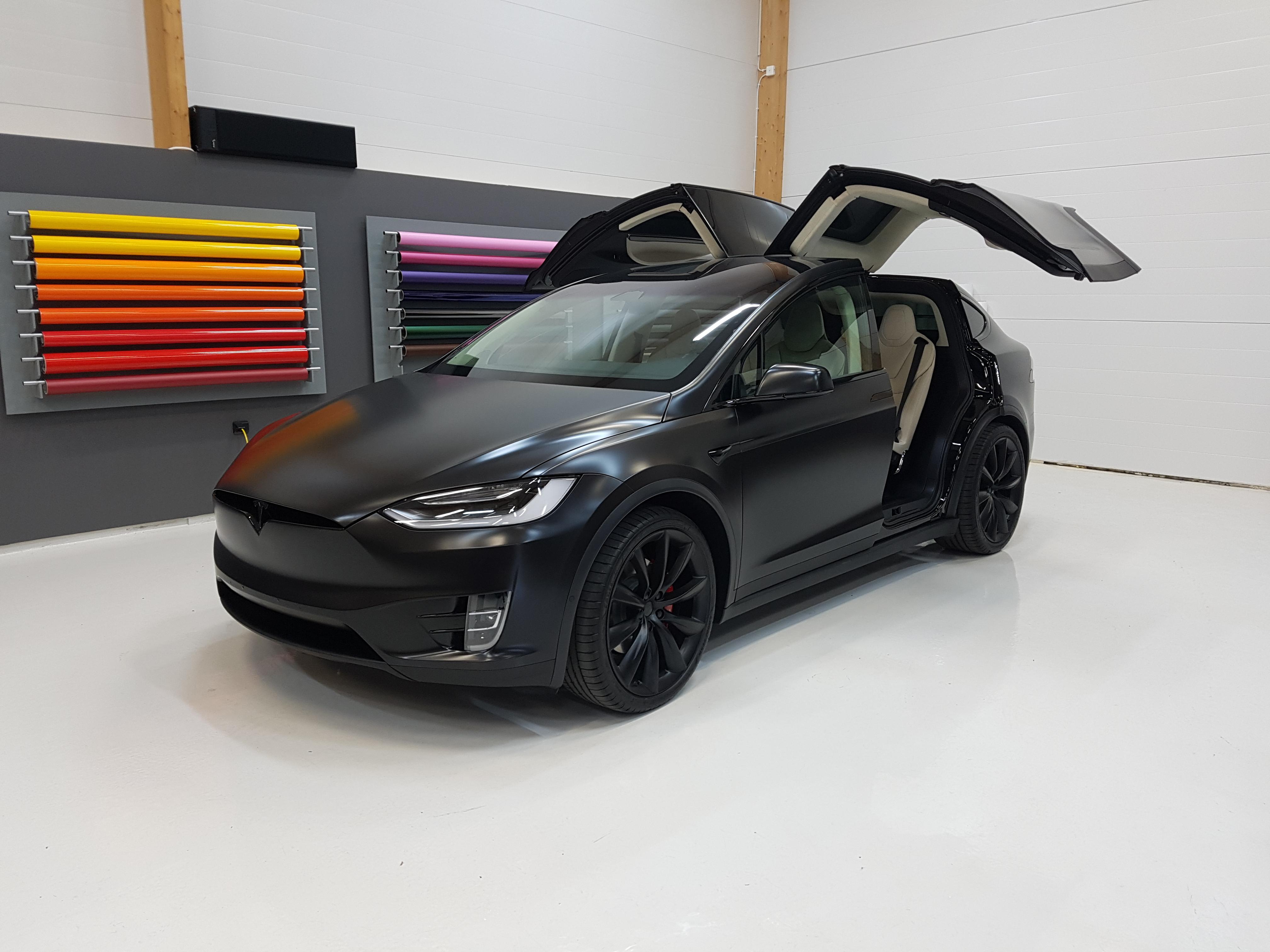 Helfolierad Tesla Model X i satin svart med chrome delete i blank svart av Swedekor