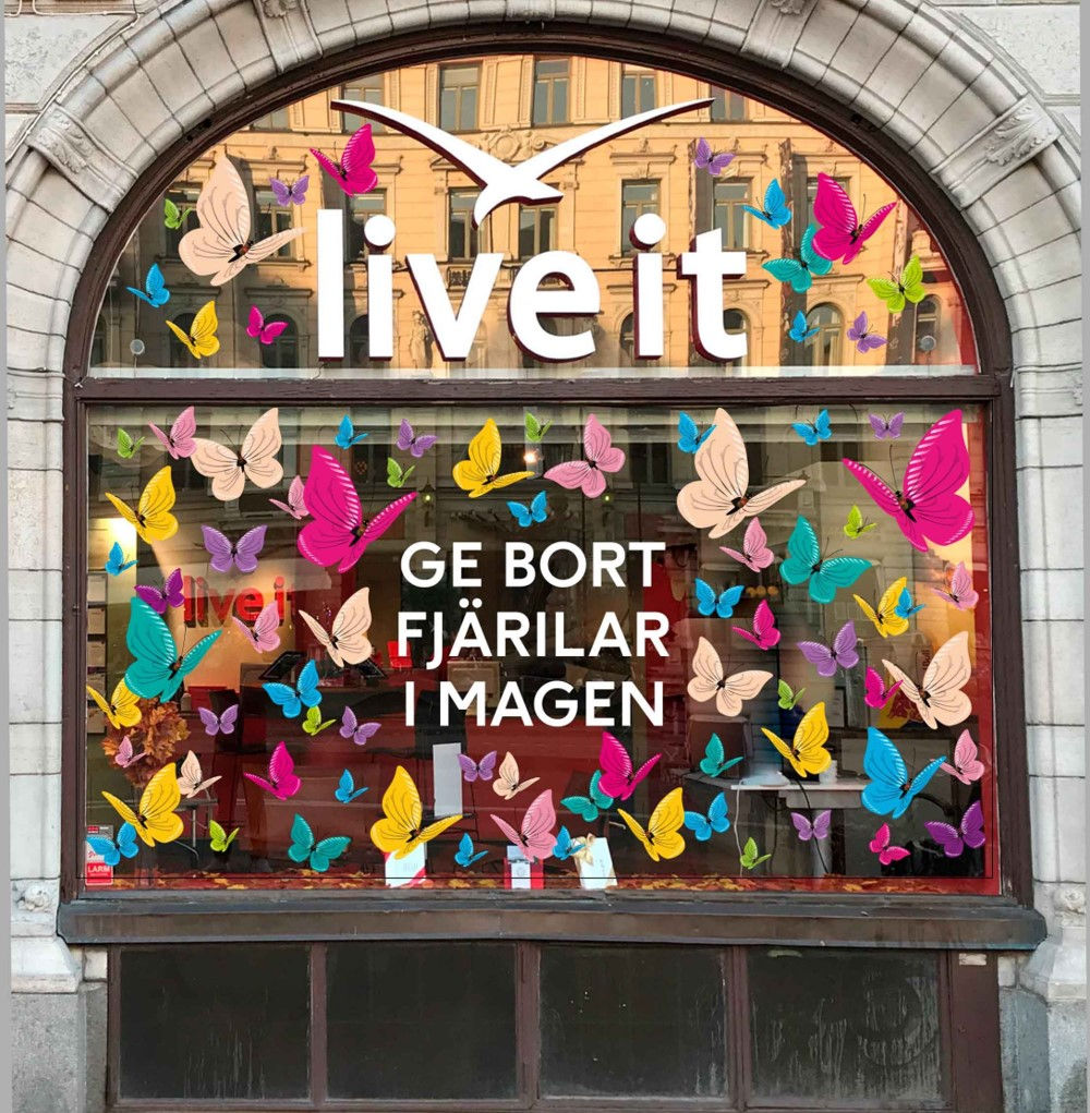 Fönsterdekor för Live it Upplevelsepresenter gjort av Swedekor